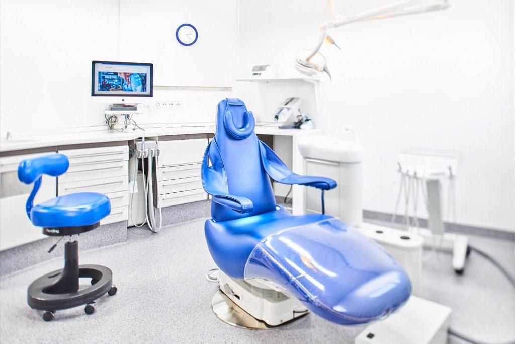 Behandlungsstuhl in Behandlungszimmer
